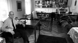 Sort/hvid portræt af Bernhard Lewkovitch på sit kontor